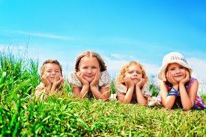 Glückliche Kinder in der Natur